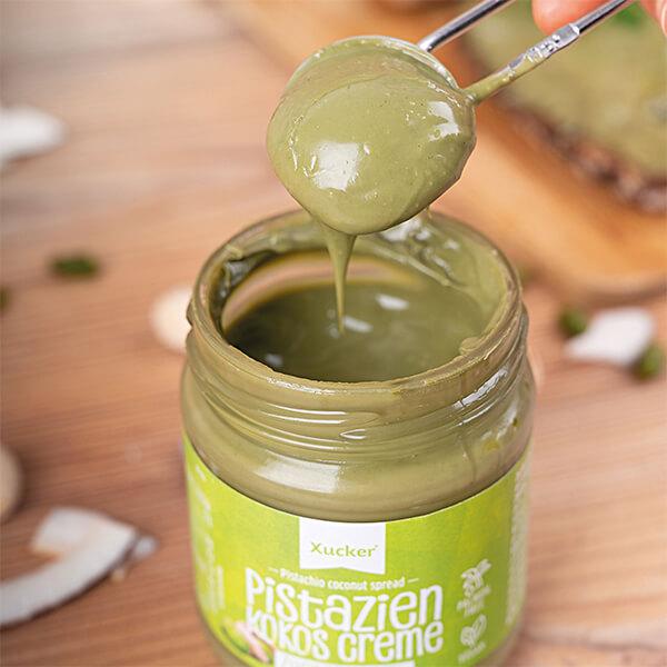 Xucker feine Low-Carb Pistazien-Kokos-Creme ohne Palmöl mit Süßungsmittel Xylit im 200 gr. Glas. Xucker Creme kaufen. Xucker Aufstrich bestellen